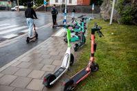 Felparkerade elsparkcyklar väcker irritation i många städer. Arkivbild.