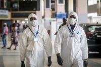 Flygplatsanställda i Nigeria i skyddskläder. Arkivbild.