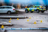 Polisens tekniker samlade tomhylsor utanför nattklubben Hugo i Norrköping dagen efter dubbelmordet.