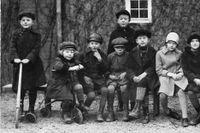 På innergården på Västmannagatan 96 kryllar det av barn på 1920-talet. Olle Kjellner på en trehjuling näst längst till vänster.