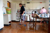 Johan och Pernilla Elmdahl i sitt översvämmade kök.