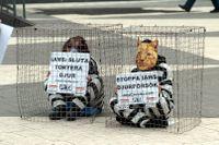 Mänskliga djur i bur vid en demonstration mot djurförsök 2005. Nu vill EU-parlamentet ha en utfasning av samtliga djurförsök. Arkivbild.