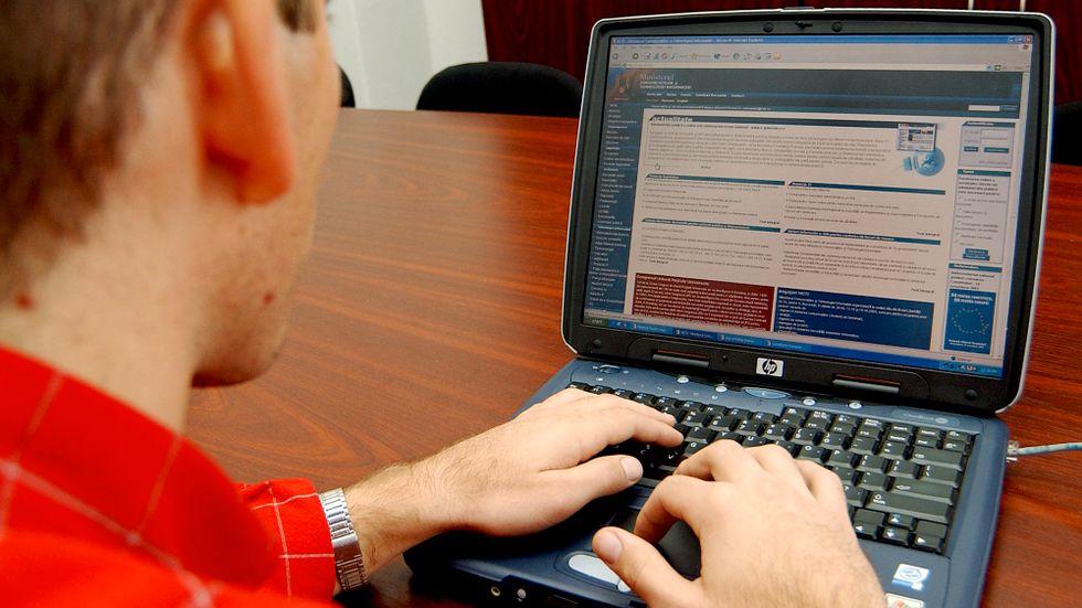 Hur ersättning ska betalas vid länkande och bättre stopp för uppladdning av upphovsrättsskyddat material ingår i EU:s omdebatterade nya regler för upphovsrätt på nätet. Datoranvändaren på bilden – en rumänsk polis i början av 00-talet – har dock inget med texten att göra. Arkivbild.