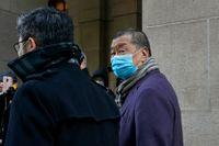 Jimmy Lai (till höger) utanför rätten i Hongkong under en paus i förhandlingarna.