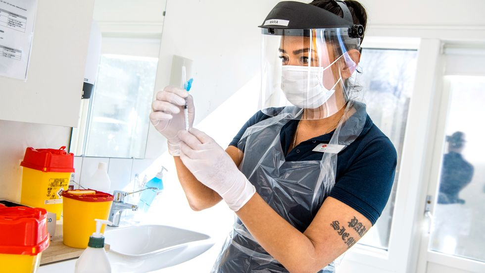 Maria av Solstråle Sténson vid Tyresö husläkarmottagning förbereder en dos vaccin i april.