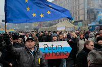 Demonstranter på Självständighetstorget i Kiev på söndagen.