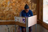 Oktober 2019. En kvinna röstar i Botswanas nationella val.