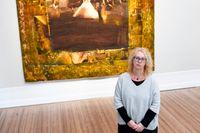 """""""På sent 90-tal insåg jag att de historiska gobelängerna inte är en förpliktelse att känna till. De är som fönster till en enorm bildvärld och en attityd till tekniken"""", säger textilkonstnären Annika Ekdahl, här framför """"Bröllopet i Queens""""."""