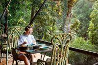 Hotellmatsalen på Shinta Mani Wild saknar väggar, men har i gengäld utsikt över den omgivande djungeln.