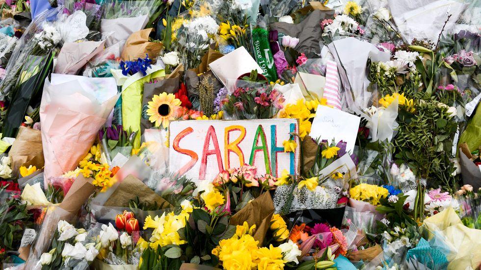 Blommor på en minnesplats för Sarah Everard i London. Efter mordet lovade den brittiska regeringen åtgärder. Arkivbild.