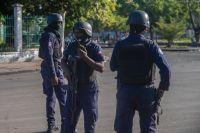Beväpnade styrkor säkrar ett område i Port-au-Prince på söndagen.