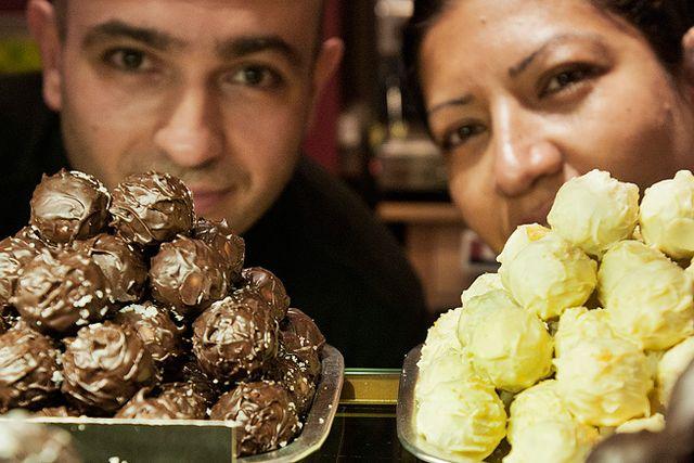 Nästan alla, åtminstone fyra av fem, vill ha mörk choklad och helst ska det var så hög cacaohalt som möjligt konstaterar Amir Resa och Alisa Samadinia som jobbar i en kaffe-och chokladbutik på Stockholms Central. Choklad är nyttigt för både hjärna och hjärta, men många ratar helst både den ljusa och framför allt vita chokladen för att man tror att det är för mycket socker i den. Men det förvånar mig inte att även den ljusa är nyttig för hjärtat, det har jag anat utan att veta det, säger Alisa Samadinia.