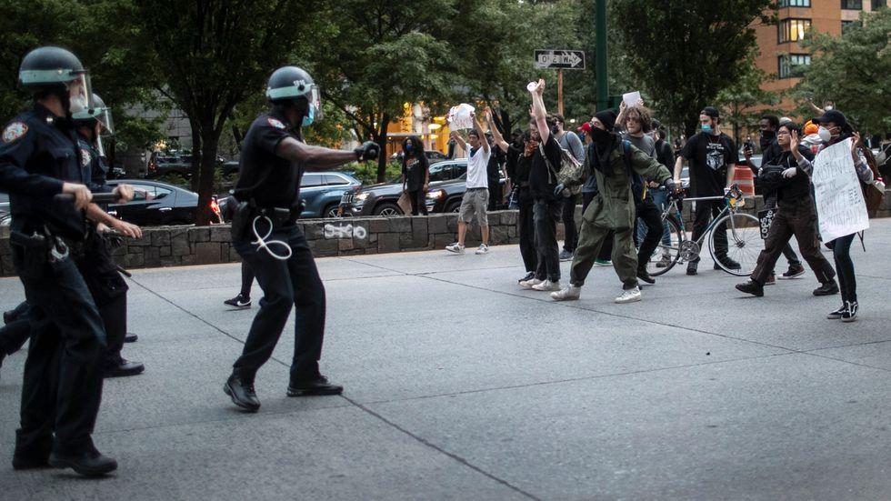 Polis och demonstranter i New York.