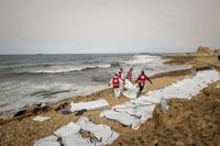 Under tisdagen spolades 74 kroppar som tros ha varit migranter som försökt ta sig över medelhavet upp på en strand i Libyen. Flera av landets milisgrupper tros tjäna pengar på att smuggla flyktingar.