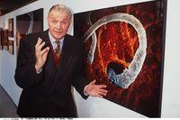 Lennart Nilsson framför ett av sina fotografier, 1993.