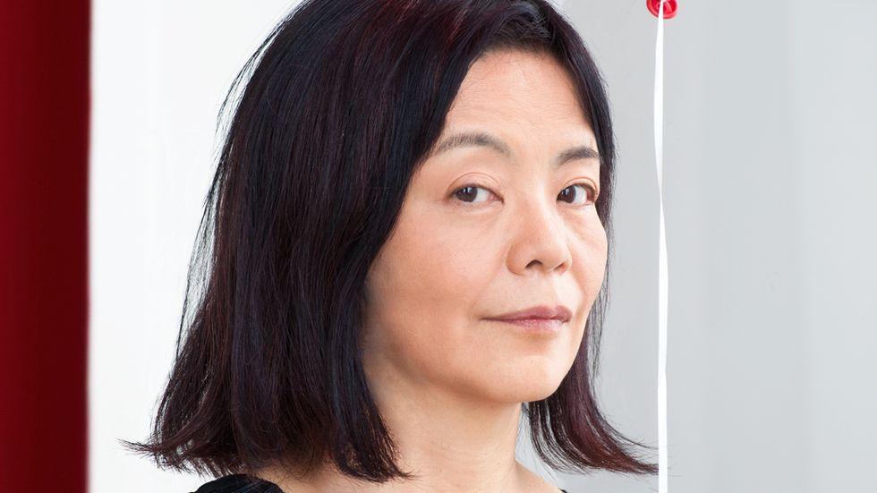 """Yoko Tawada föddes i Tokyo 1960. """"Sändebudet"""" har bland annat belönats med National Book Awads pris för 2019 års bästa översatta roman."""