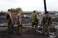 Proyska separatister vid nedslagsplatsen kort efter att passagerarplanet skjutits ned.