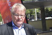Peter Hultqvist (S) försvarsminister, bor i en bostad som MHS Bostäder äger. Därför deltog han inte i ett beslut om försäljning.
