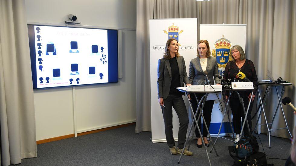 Åklagarna Emelie Källfelt, Annika Wennerström och kriminalinspektör Liz Berglund vid en pressträff om åtalet. På bildskärmen syns en grafik över de misstänktas kontakter med varandra.