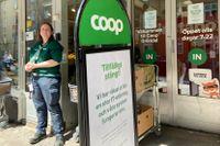 En stängd Coop-butik i Stockholm på lördagen. Coop har stängt nästan landets alla 800 butiker efter en it-attack. Sofie Nordgren, säljchef Coop Gröndal, håller stängt och delar ut frukt, bullar och dryck.