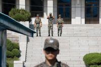 Nordkoreanska soldater i bakgrunden och en sydkoreansk i förgrunden i Panmunjom, en by i DMZ mellan de båda länderna. Arkivbild.
