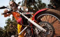 Den som vill uppleva det där som Goa brukade stå för, bör åka lite längre söderut i Indien. Där, i grannstaten Karnataka, finns staden Gokarna – och allt det som lockar hippies. Holländska M. Roessner från Amsterdam gör det många drömmer om; reser runt i Indien på en motorcykel av märket Royal Enfield.