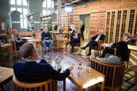 Bengt Westerberg och Jonas Sjöstedt på varsin sida om Jimmie Åkesson, i partiledarsamtalet om litteratur.
