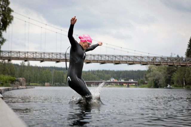 Här i Västerdalälven kommer Elise simma den 6 juli under Vansbrosimningen. Egentligen tycker hon bäst om att bada i bassäng där man kan se botten.