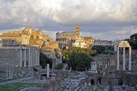 Forum Romanum med Colosseum i bakgrunden.