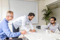 Från vänster Jörgen Eng, vd Dynamo, Vinit Malhotra och Rameez Hussain. Vinit Malhotra, som arbetar som konsultchef och projektledare företaget, får ägna nära hälften av sin arbetstid åt att sköta formaliteter mellan anställda och Migrationsverket.