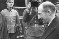 Adolf Hitler skakar hand med Bulgariens tsar Boris III.