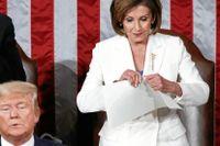 """Nancy Pelosi på väg att riva sönder Donald Trumps manuskript till det årliga talet """"State of the Union"""". Till vänster vicepresidenten Mike Pence."""