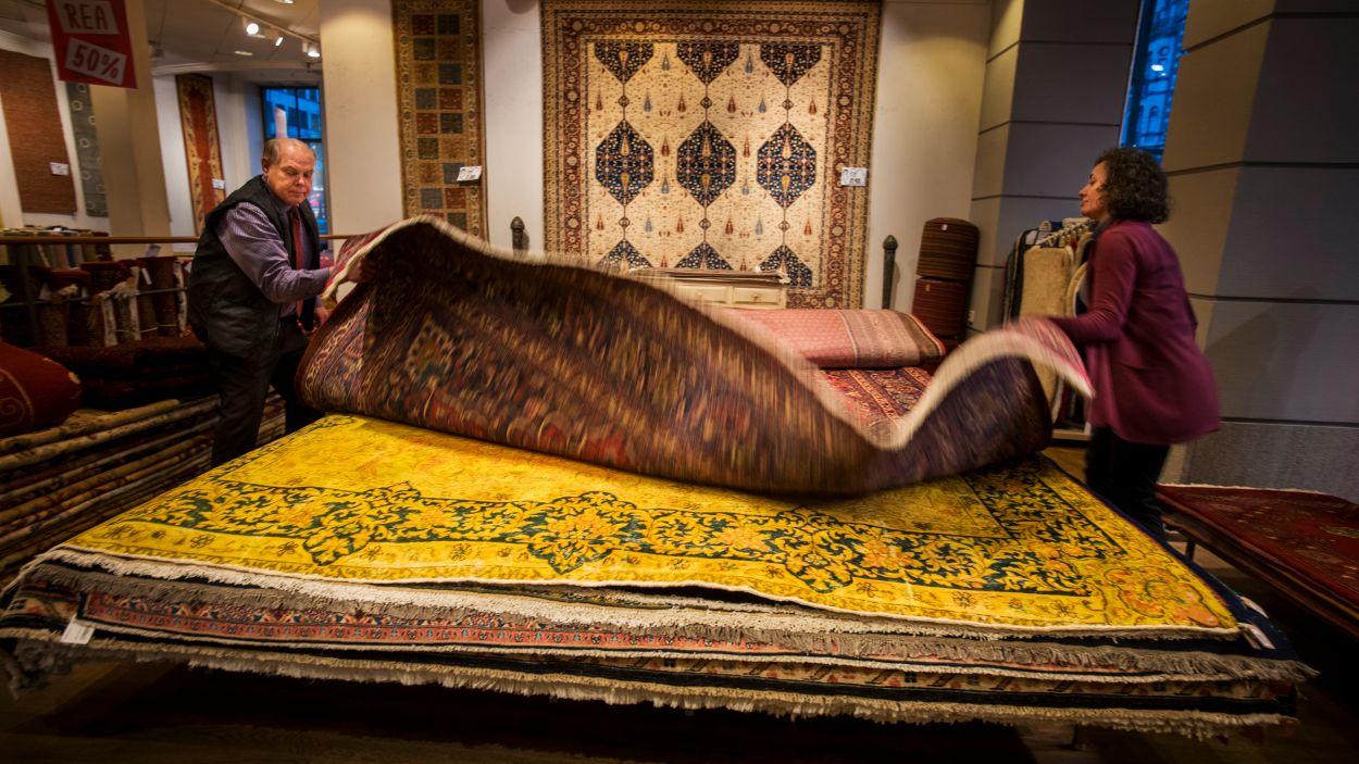 """Peder Eriksson och Maria Blomberg på Nessims mattor visar en matta av typen """"Reloaded"""". Det vill säga en nyare inredningstrend där man använt en äldre matta och sedan färgat om den."""