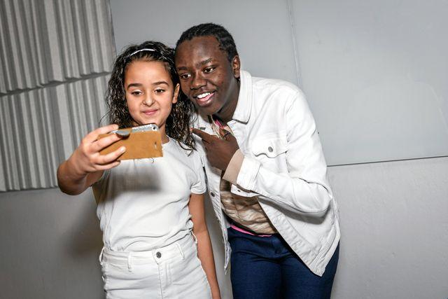 Zara fick en videohälsning till sin kusin som fyllde år samma dag som intervjun. Foto: Ari Luostarinen