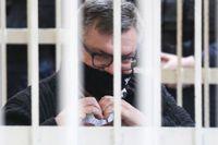 Viktor Babaryko formar händerna till ett hjärta under rättegångsförhandlingen.