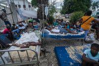Skadade efter lördagens jordskalv vårdas utomhus i Les Cayes.