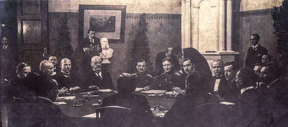 Estniska och ryska delegationerna i fredsförhandlingarna i Tartu 1920. I mitten Jaan Poska och, till vänster om honom, Julius Seljamaa.