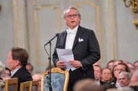 Författaren Klas Östergren höll ett tal över föregångaren på stol elva, konstkritikern Ulf Linde, när Svenska Akademien hade sin traditionella årliga högtidssammankomst den 20 december 2014. Östergren hann sitta på stolen i bara drygt tre år innan han lämnade De adertons gemenskap. I nuläget har Akademien enbart tio arbetande ledamöter.