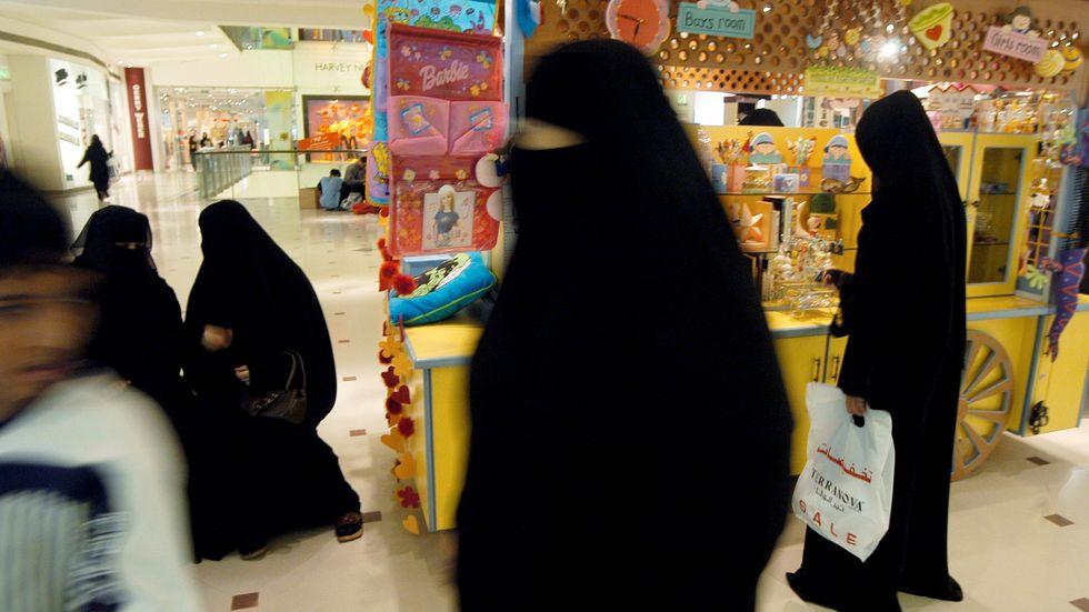 Kvinnor handlar i en shoppinggalleria i Saudiarabiens huvudstad Riyadh. Inkomsterna från oljan har lett till en mycket stor inhemsk konsumtion.