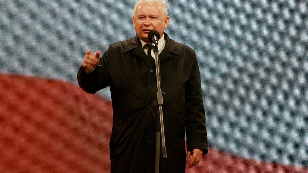 Regeringspartiets ledare Jaroslaw Kaczynski under en ceremoni i april för sin tvillingbror Lech Kaczynski, som dog i en flygkrasch i Ryssland 2010 som Jaroslaw Kaczynski hävdar inte var en olycka.