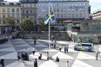 """Konstnären Mattias Norströms konstverk """"Du gamla, du fria"""" på Sergels torg."""