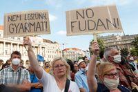 Tusentals demonstranter protesterade i Ungerns huvudstad Budapest under lördagen mot planerna på att låta ett kinesiskt universitet öppna en avdelning i staden.