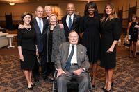 Tidigare amerikanska presidenter tillsammans sina hustrur plus USA:s nuvarande första dam. Sittande längst fram GeorgeHW Bush. Stående från vänster Laura Bush, GeorgeW Bush, Bill Clinton, Hillary Clinton, Barack Obama, Michelle Obama och Melania Trump.