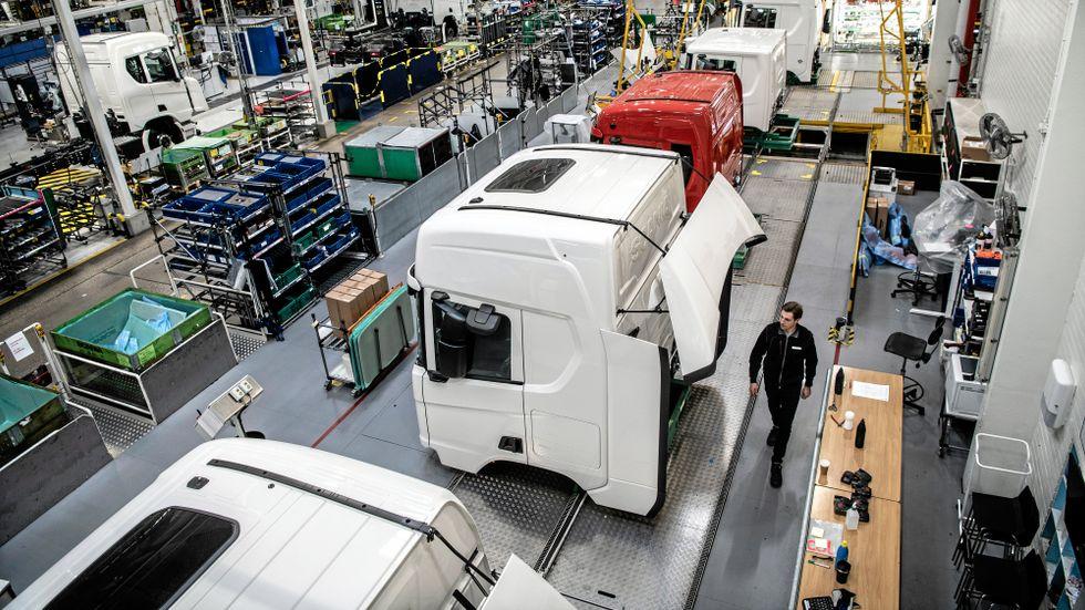 Det är lugnt och stilla i Scanias stora monteringsanläggning i Södertälje. Men snart ska produktionen igång igen, både där och i Oskarshamn och i Luleå.