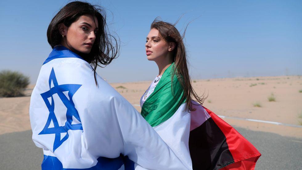 Två fotomodeller insvepta i en israelisk respektive emiratisk flagga under en reklamfotografering i Dubai för det israeliska underklädesföretaget Delta Israel, i söndags.