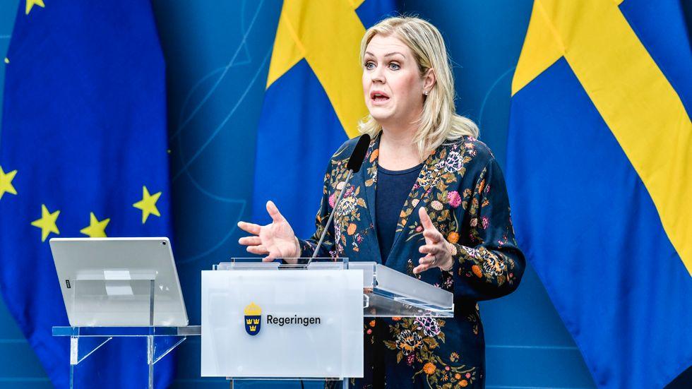 Lena Hallengren håller presskonferens.