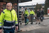 Scaniaanställda lämnar sin arbetsplats i Södertälje, 24:e mars.