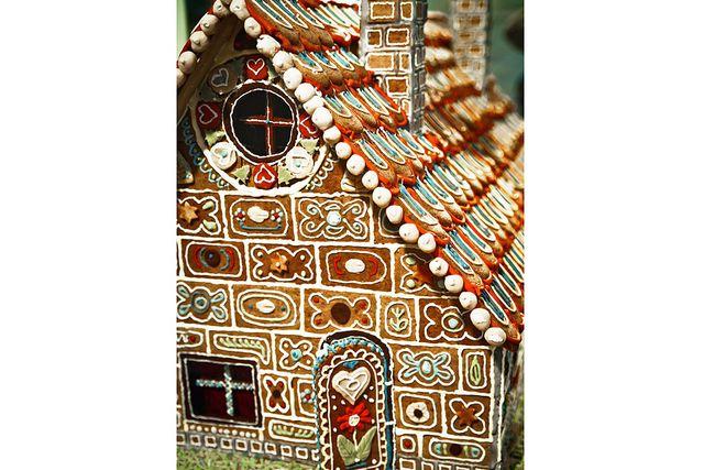 Tyskt pepparkakshus, med mängder av mönster, glasyr och små tårtdekorationer.