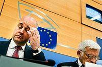 Fredrik Reinfeldt håller tal inför Europaparlamentet.