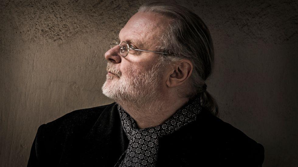 """Jon Fosse, född 1959, är författare och dramatiker. 2015 fick han Nordiska Rådets Litteraturpris för """"Trilogin. Sömnlösa, Olavs drömmar, Kvällning""""."""